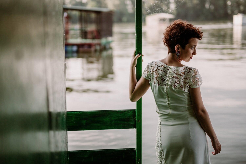 Frau, Bootshaus, Brünette, Mode, posiert, weiß, Kleid, Porträt, Mädchen, Natur