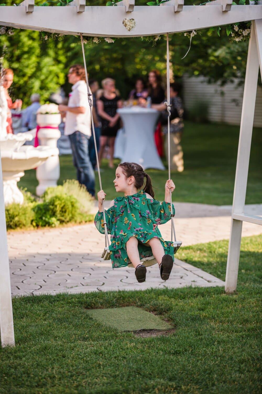 Spielplatz, Mädchen, Schaukel, spielerische, Kindheit, Kleid, Bewegung, Glück, Genuss, untergeordnete