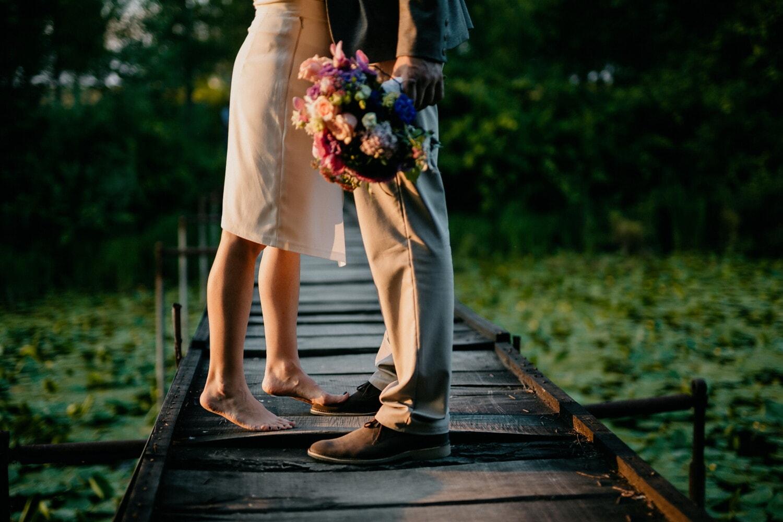 ноги, подруга, босиком, букет, свидание, дружок, мост, летний сезон, любовь, женщина