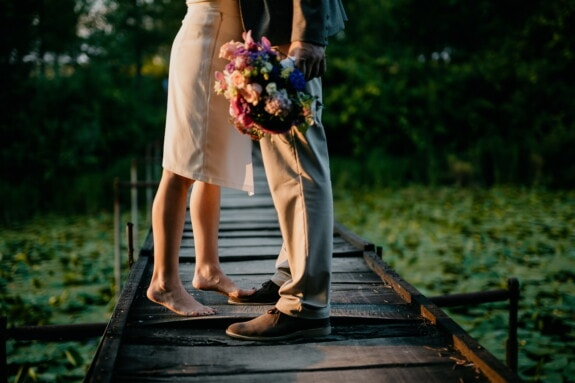 Beine, Freundin, barfuß, Blumenstrauß, Liebesbeziehung, Freund, Brücke, Sommersaison, Liebe, Frau