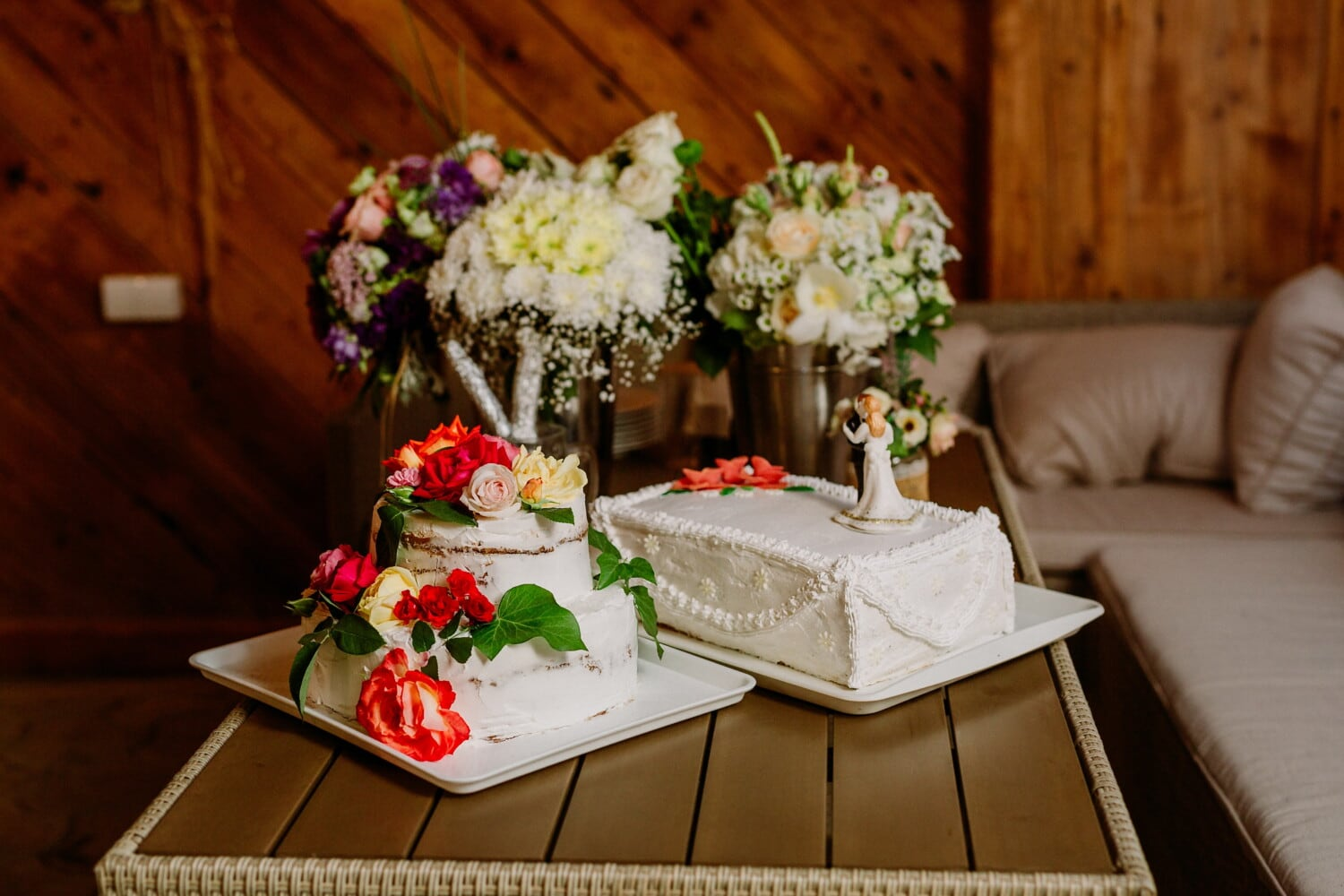 cakes, wedding cake, living room, table, sofa, bouquet, arrangement, flowers, decoration, flower