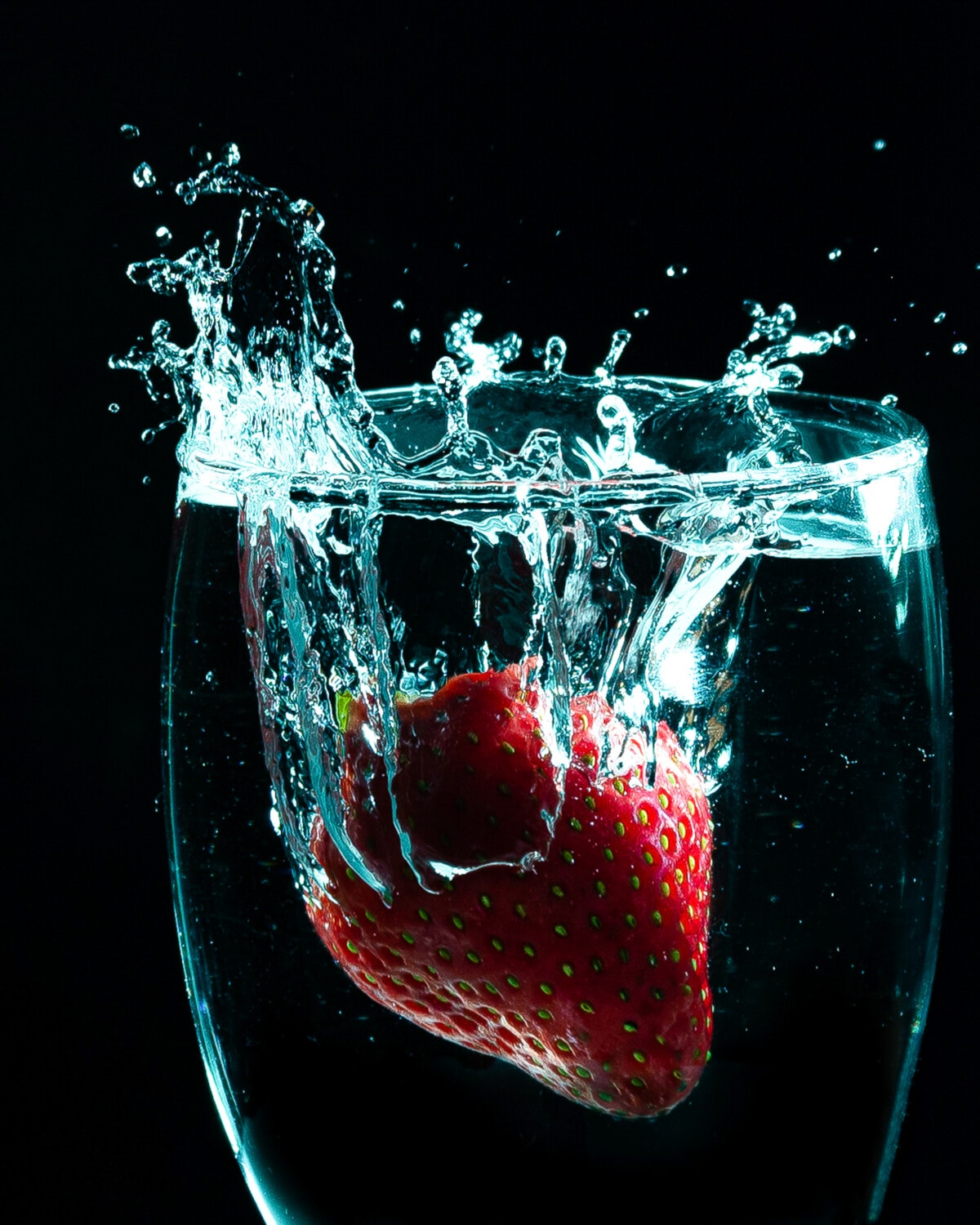 waterdrops, drinking water, glass, strawberry, photography, photo studio, close-up, liquid, splash, bubble