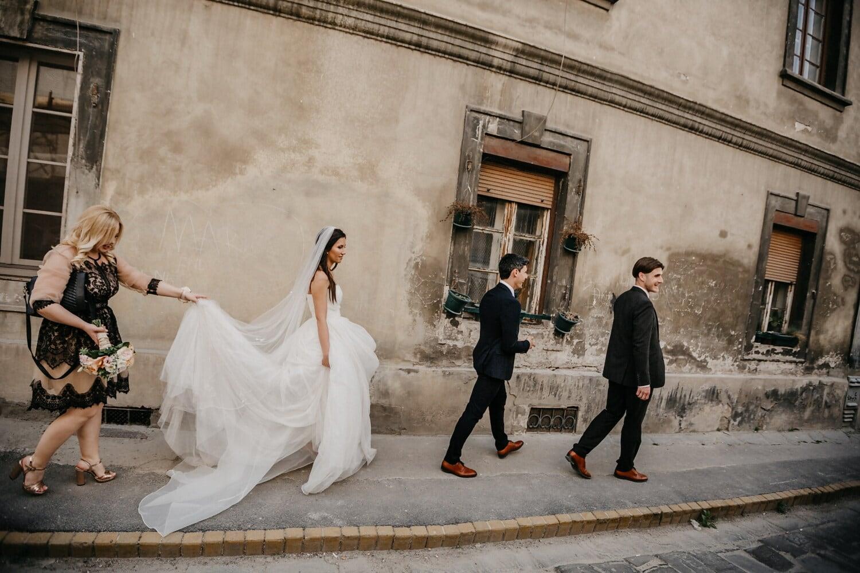 la mariée, parrain, jeune marié, rue, amis, style architectural, marche, passerelle, amitié, mariage