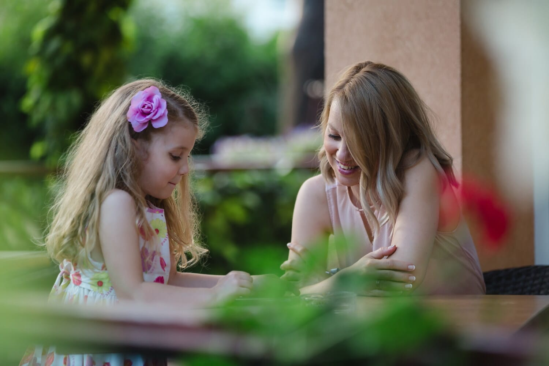 matka, dziecko, Dyskusja, rodzicielstwa, Edukacja, Córka, park, na zewnątrz, szczęśliwy, kobieta