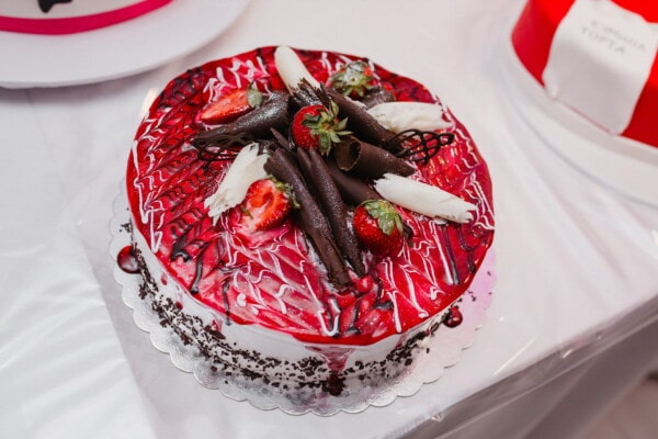 chocolate cake, milk chocolate, chocolate, strawberries, dessert, decorative, fresh, plate, sugar, cream