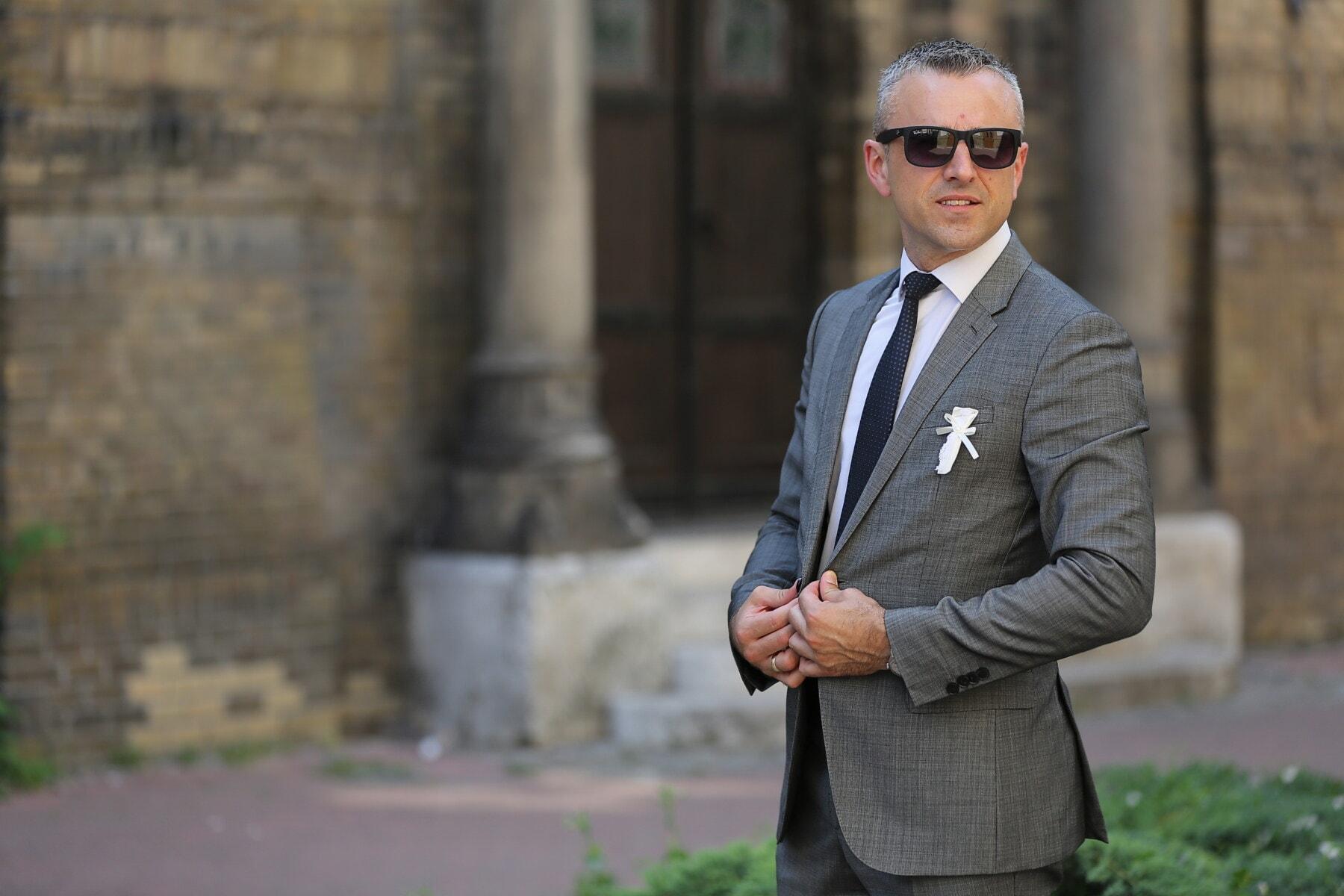homem de negócios, posando, terno smoking, terno, glamour, óculos de sol, negócios, homem, bonito, ao ar livre