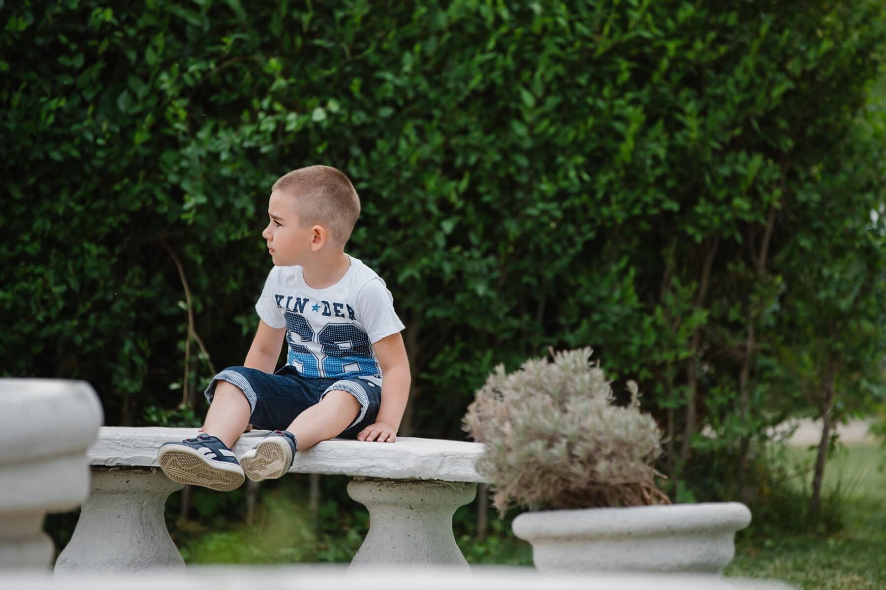 garçon, jeune, arrière-cour, assis, heureux, parc, enfant, jardin, asseoir, à l'extérieur