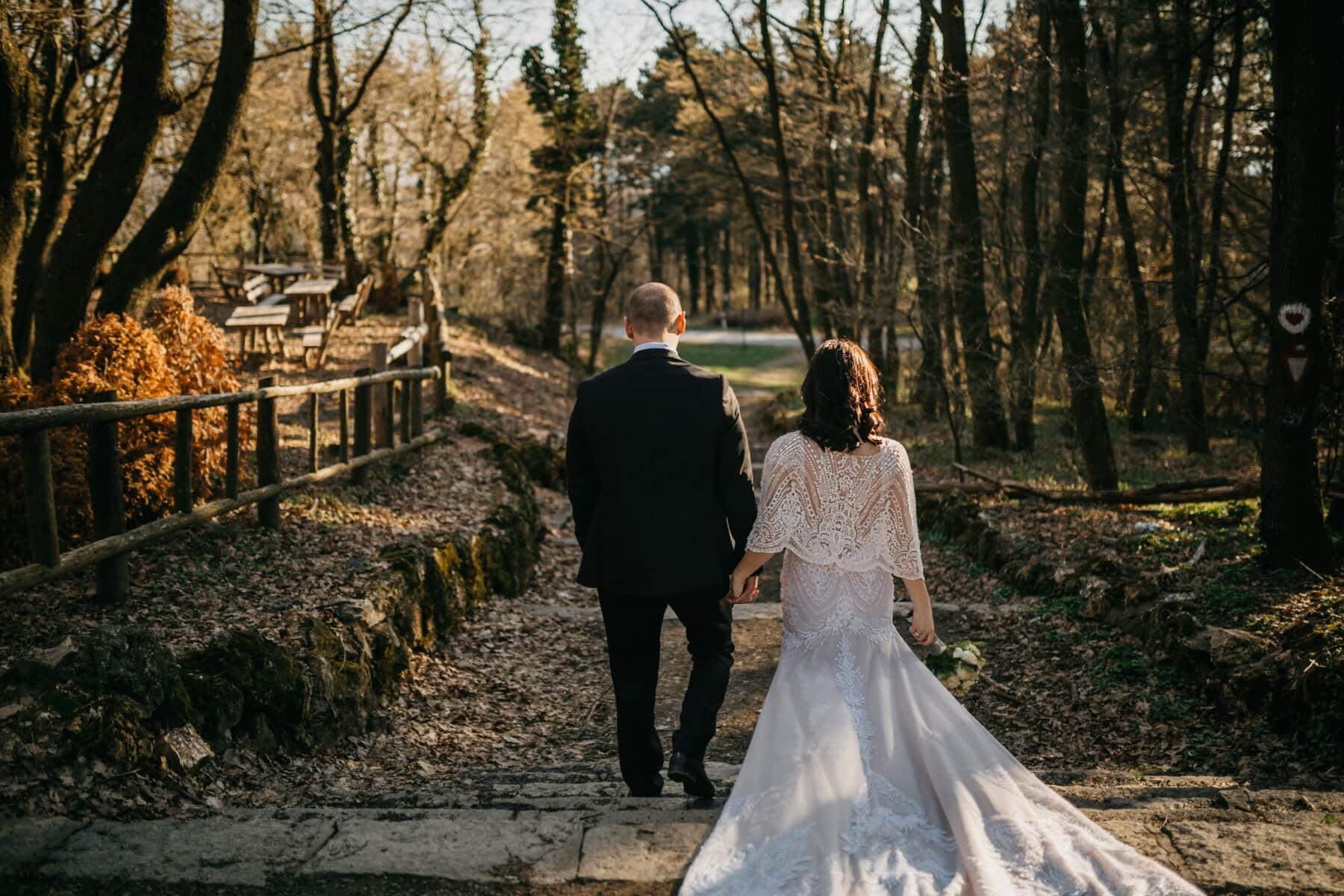 descente, date d'amour, jeune marié, marche, la mariée, une randonnée, mariage, amour, robe, jeune fille