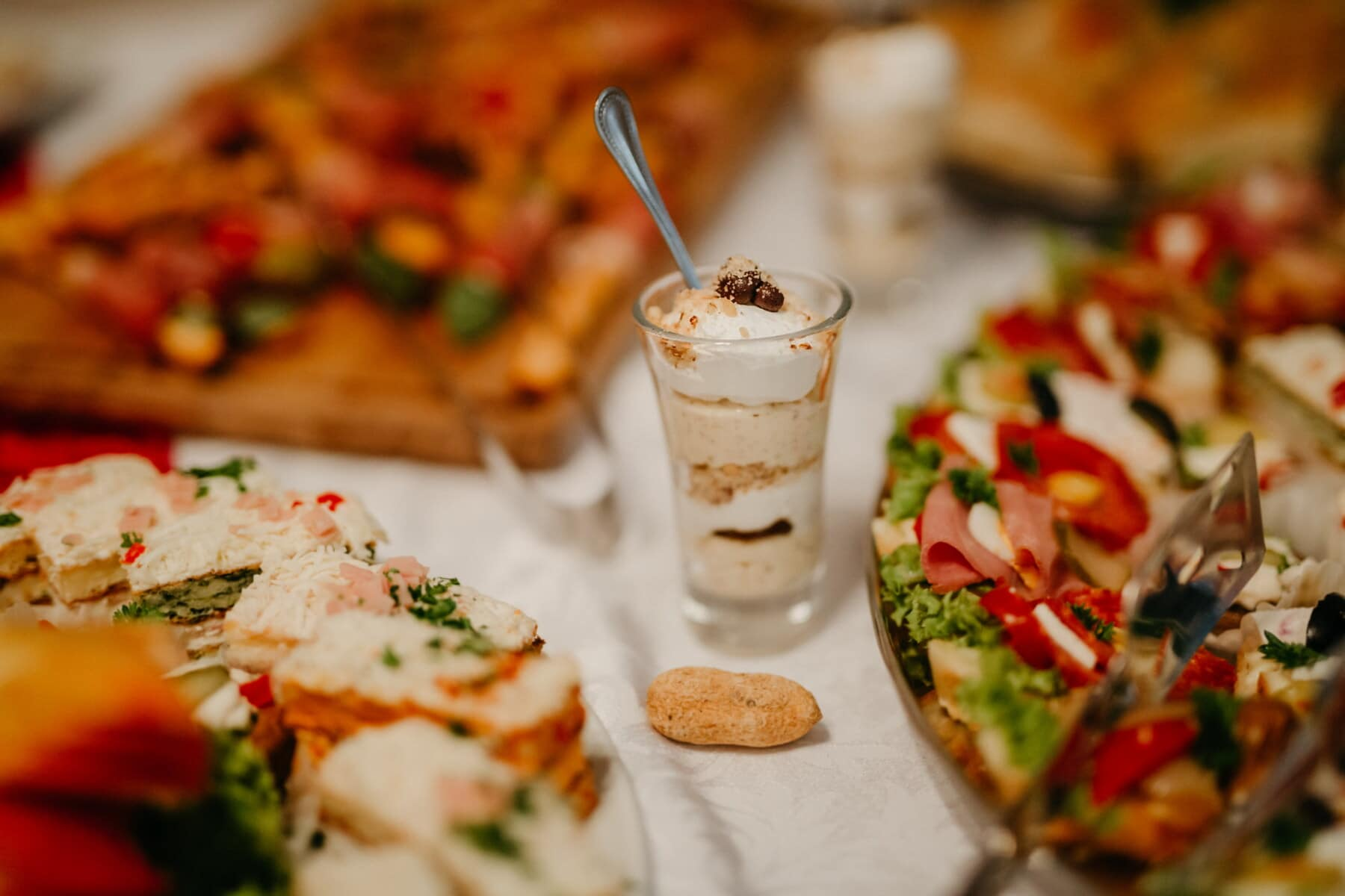 ontbijtbuffet, salade, pudding, crème, glas, feestzaal, restaurant, diner, voedsel, voorgerecht