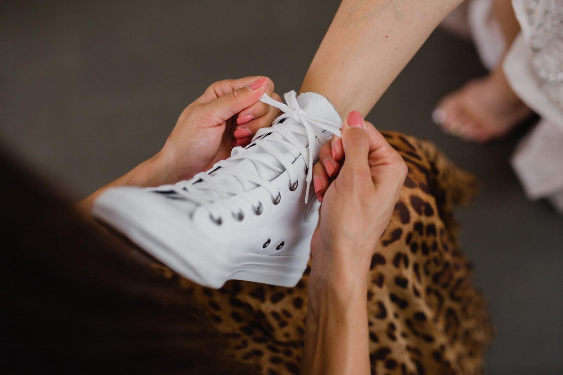 weiß, Turnschuhe, Schnürsenkel, Frauen, Beine, Hände, Frau, Menschen, Fuß, Mode