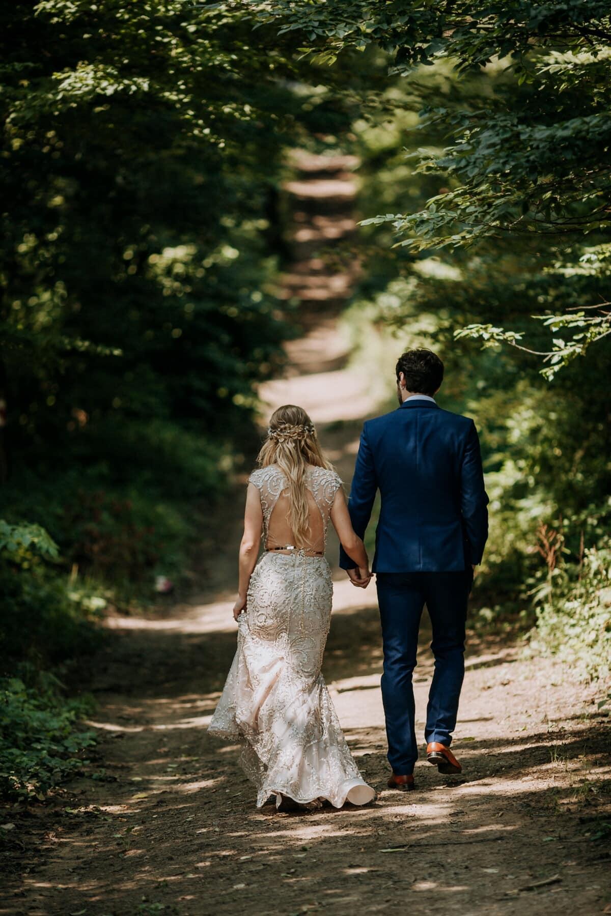 marche, femme, mari, route forestière, randonnée, couple, jeune marié, mariage, la mariée, jeune fille
