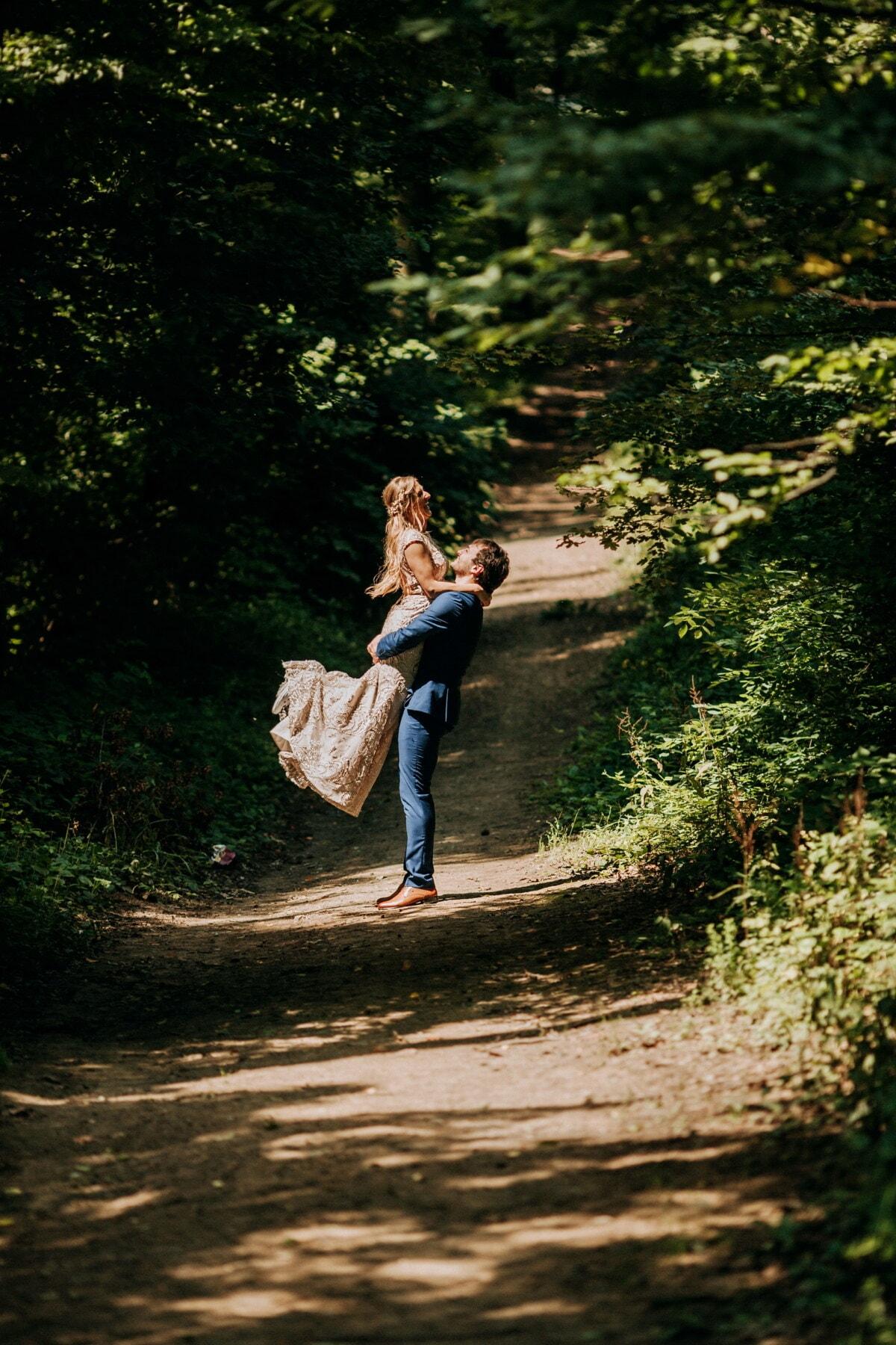 Zärtlichkeit, Freund, Freundin, Liebesbeziehung, Waldweg, Wandern, Holz, Struktur, Board, Mädchen