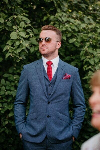 homme, agréable à regarder, Beau, costume de smoking, debout, homme d'affaire, Gestionnaire, Barbe, confiance, lunettes de soleil