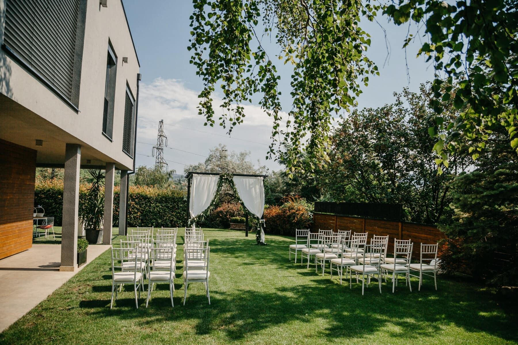 élégant, salle de mariage, patio, chaises, arrière-cour, pelouse, jardin, arbre, Accueil, maison