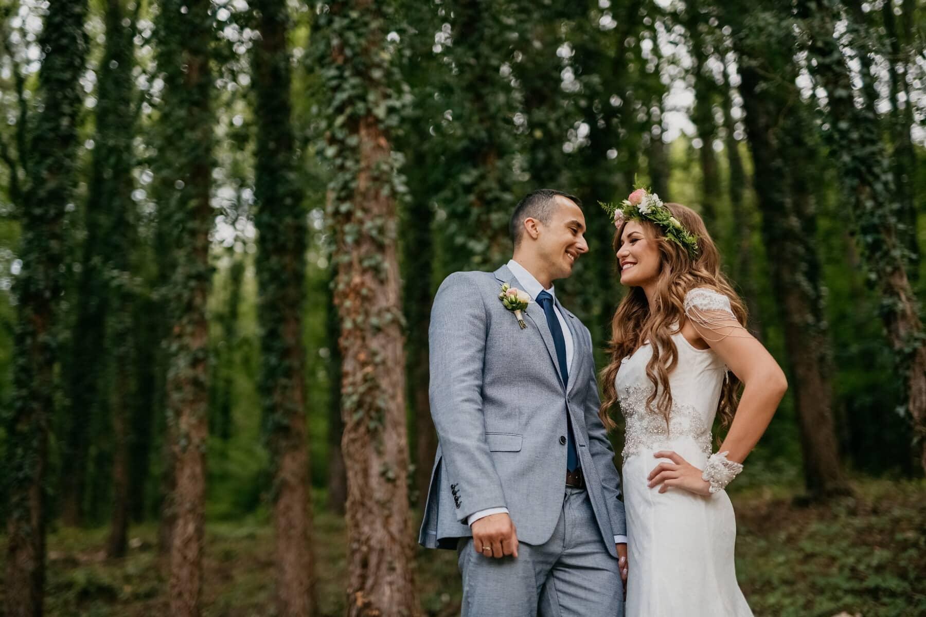 noivo, noiva, floresta, em pé, sorriso, amor, casal, ao ar livre, casamento, natureza