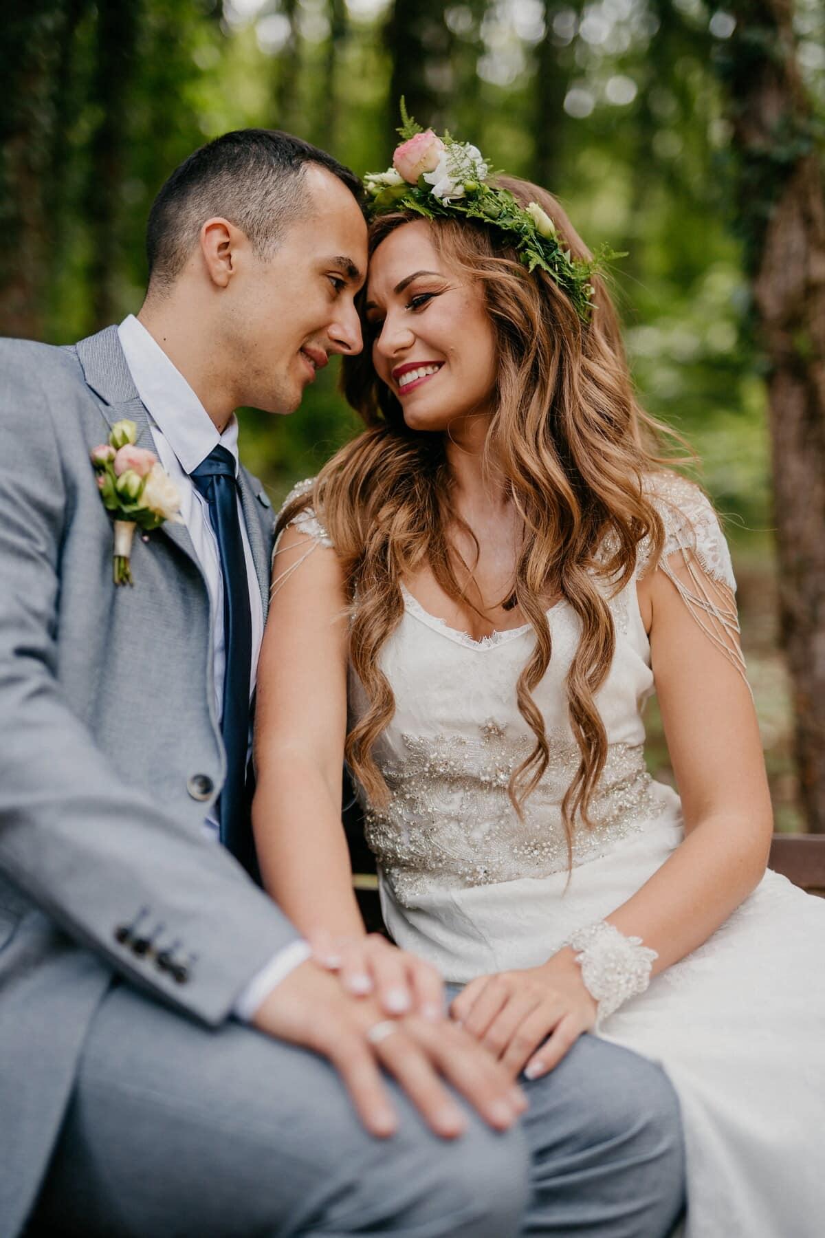 jeune marié, la mariée, assis, main dans la main, baiser, ensemble, bonheur, mariage, homme, amour