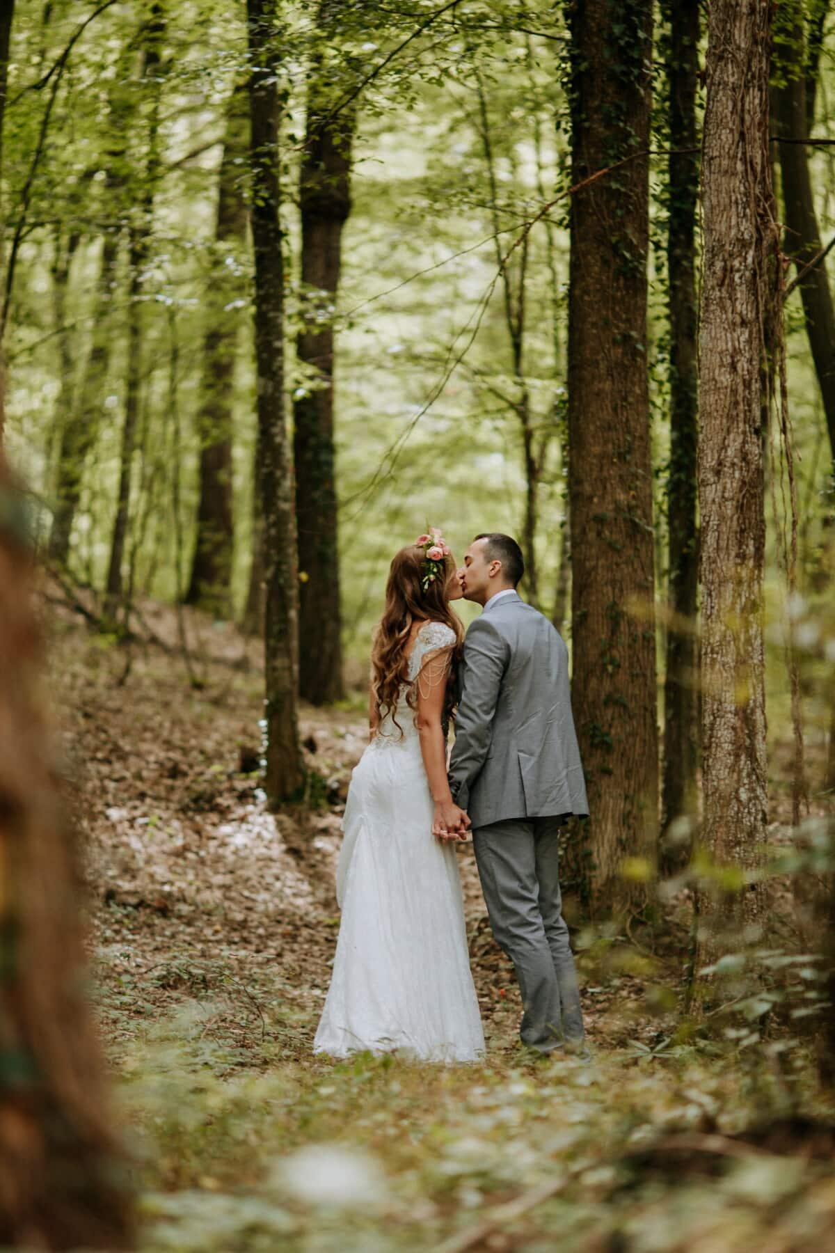 jeune marié, baiser, la mariée, une randonnée, forêt, bois, amour, nature, couple, mariage