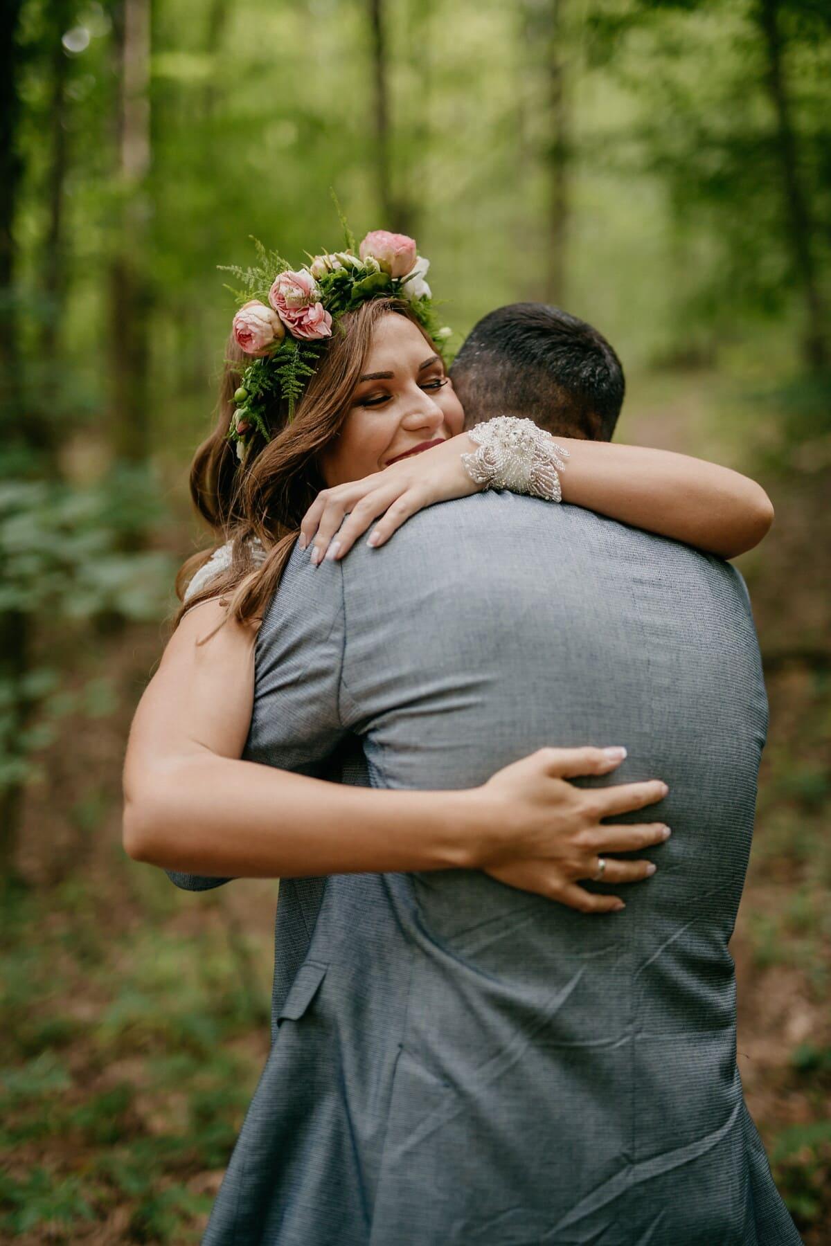umarmt, junge Frau, Mann, Zärtlichkeit, Zuneigung, Emotion, Umarmung, im freien, Natur, Liebe