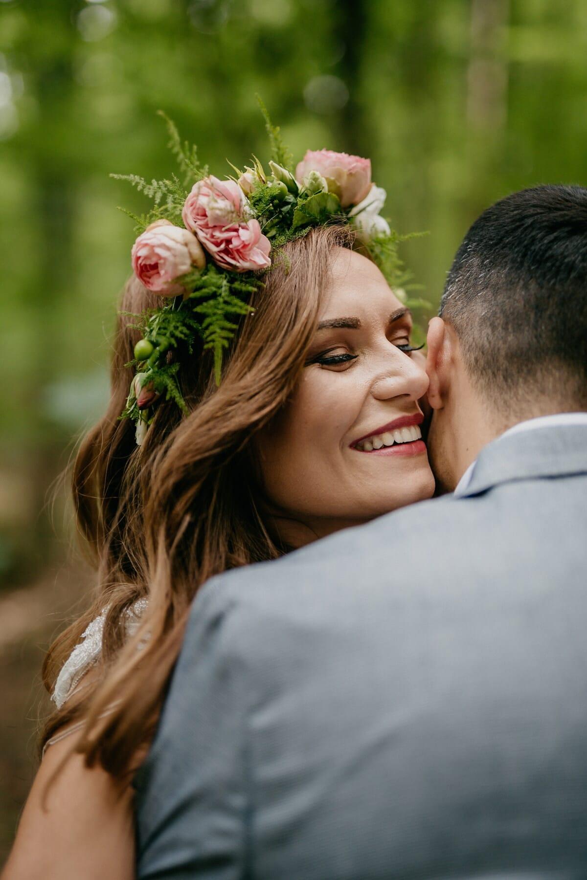 Dame, magnifique, date d'amour, étreindre, amant, heureux, couple, jeune marié, sourire, ensemble