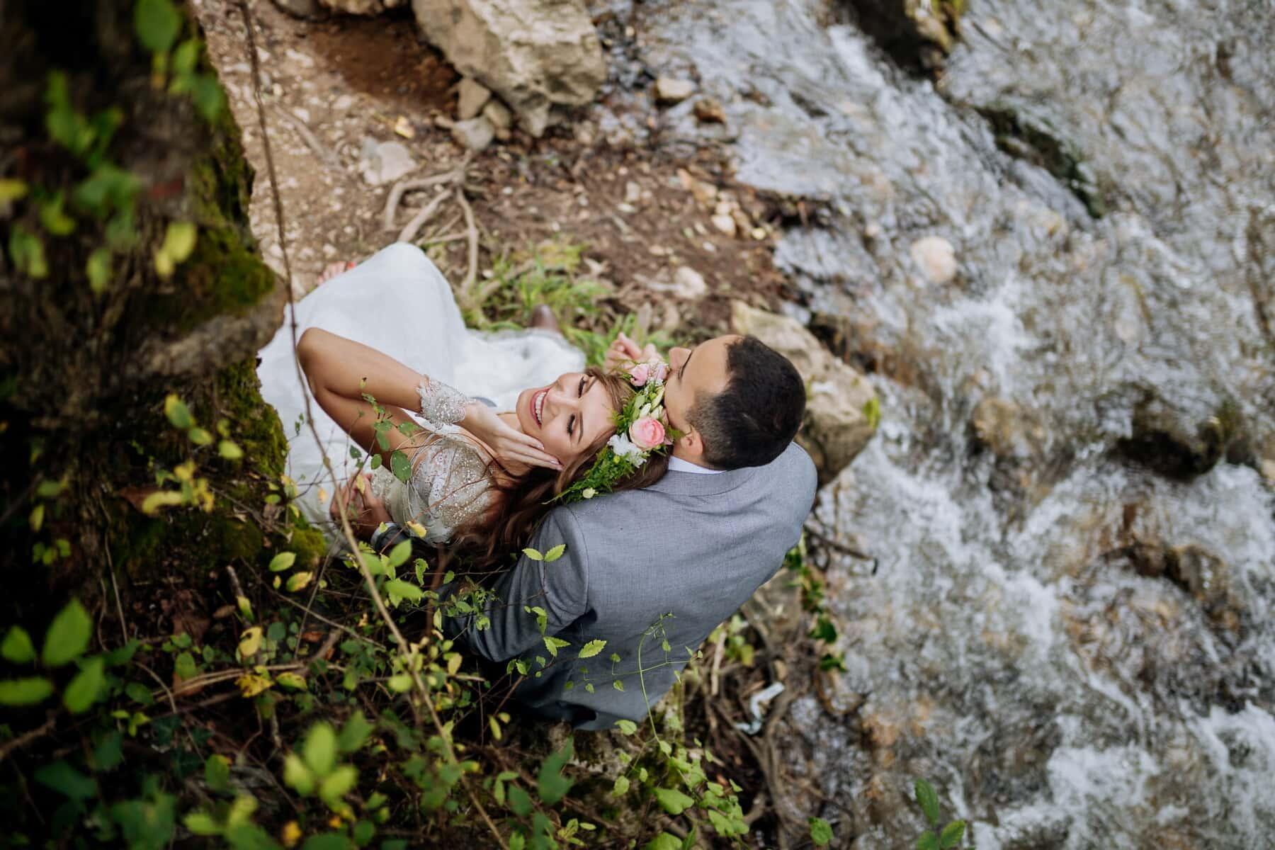 folyóparton, barátnő, barátja, gyönyörű, hercegnő, csinos lány, természet, fa, szabadban, levél