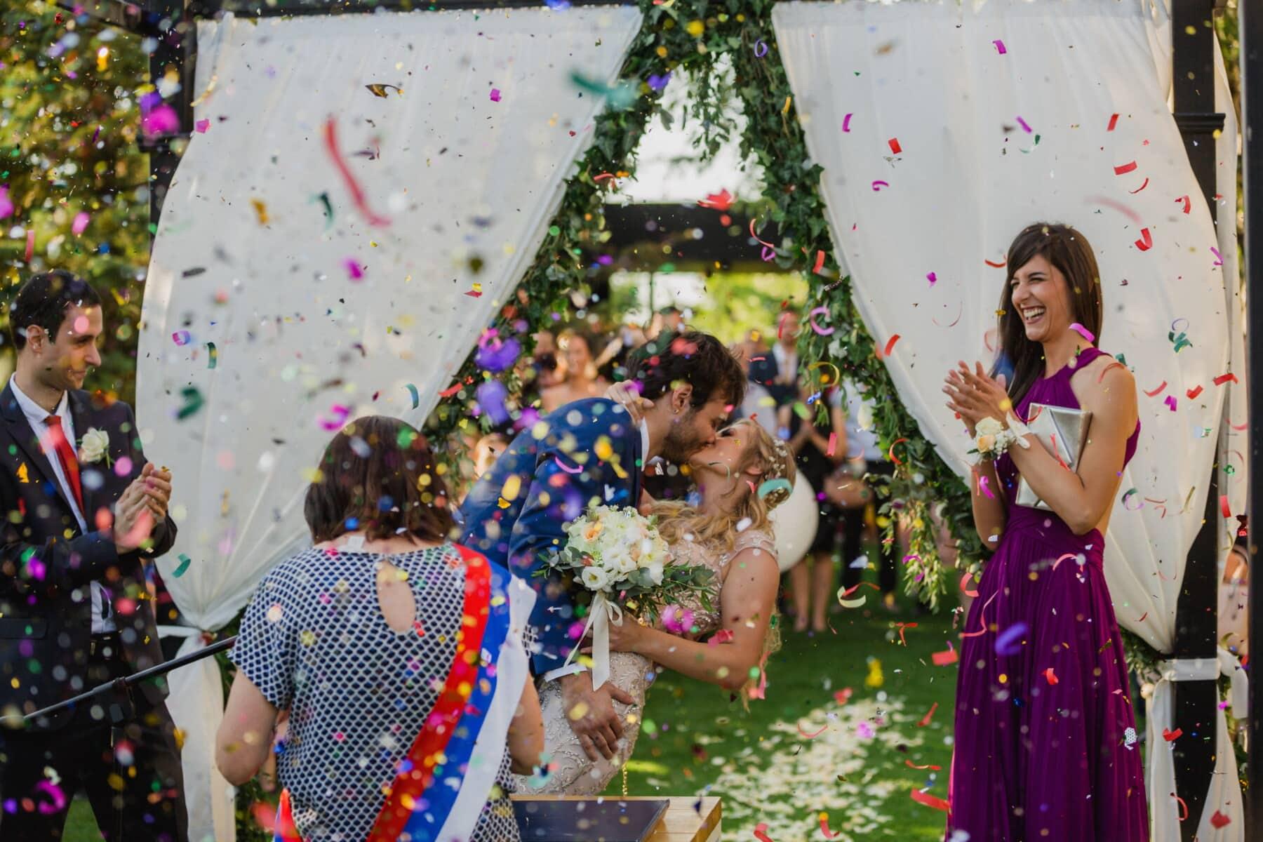 kiss, wedding, wedding venue, spectacular, crowd, audience, applause, spectator, groom, bride