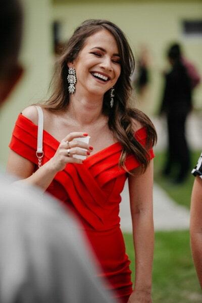 morettina, sorridente, vestito, rosso, gioielli, orecchini, attraente, donna, felice, bella