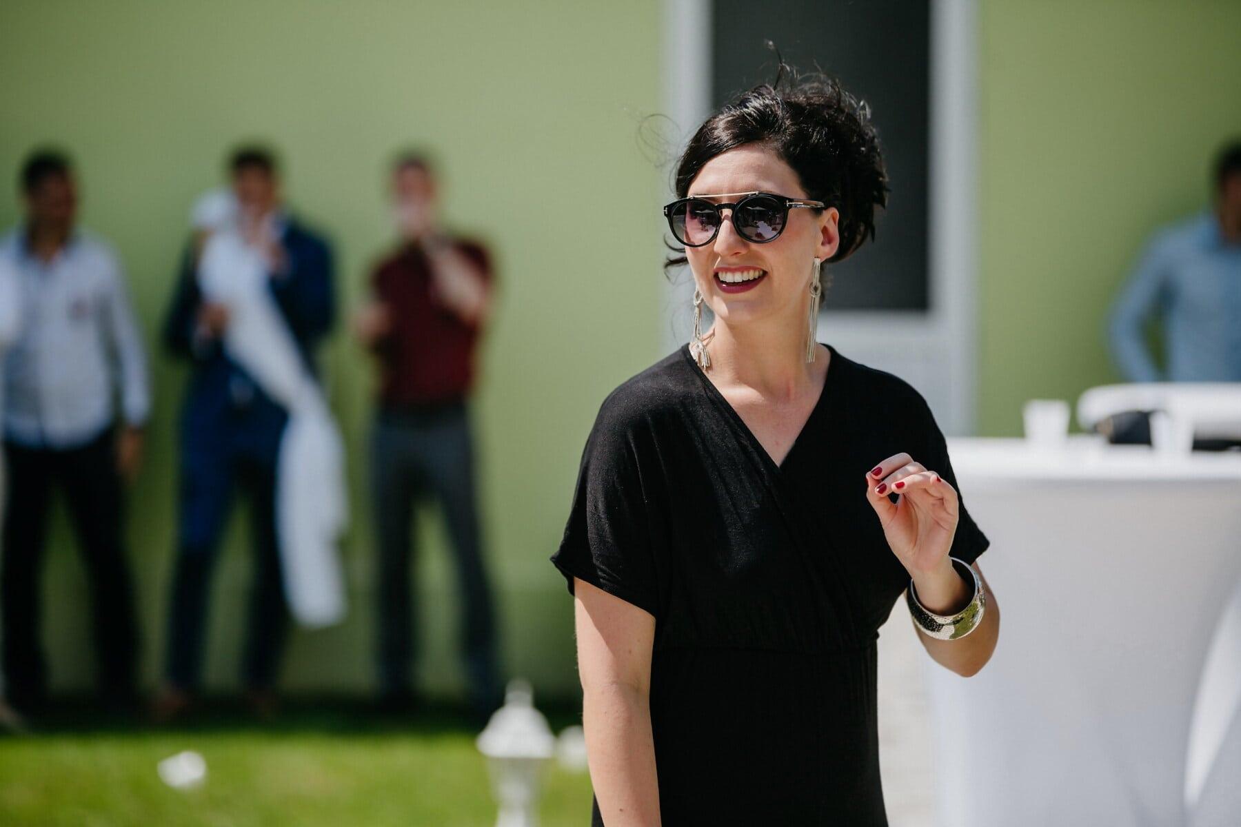 Schwarz, Kleid, Gutaussehend, junge Frau, Haare, Sonnenbrille, Porträt, Lächeln auf den Lippen, Person, Frau