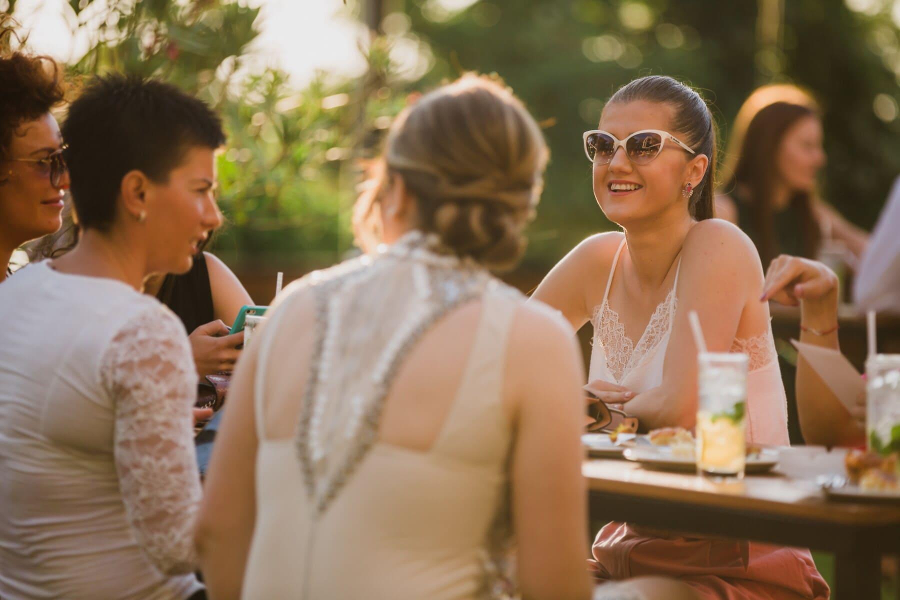 femmes, parti, jeune femme, assis, bénéficiant, cocktails, femme, gens, convivialité, Groupe