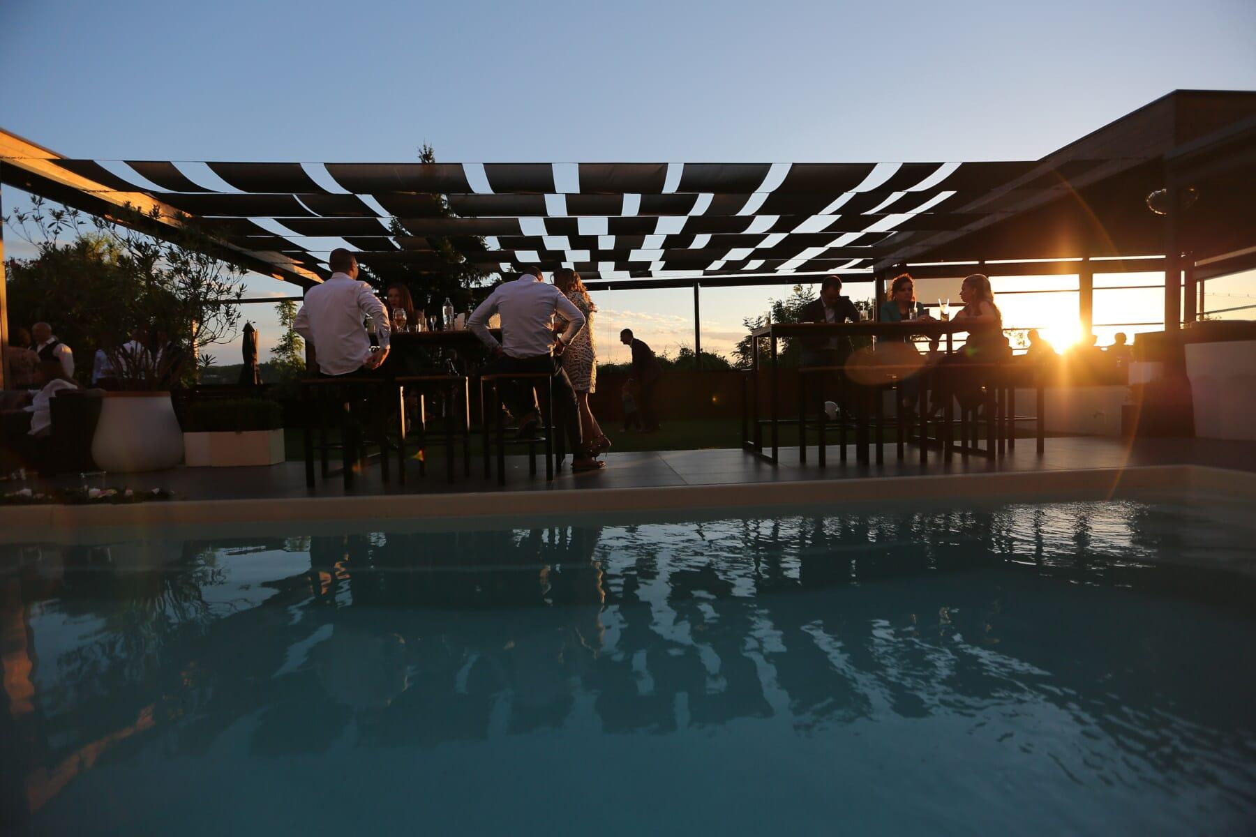 ljudi, restoran, naselju na području, hotel, bazen, noćni klub, zalazak sunca, voda, odraz, slobodno vrijeme