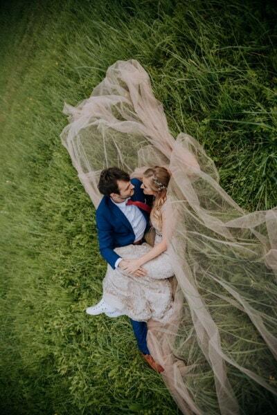 recién casados, acostada, césped, romántica, amor, cita de amor, boda, novia, mujer, chica