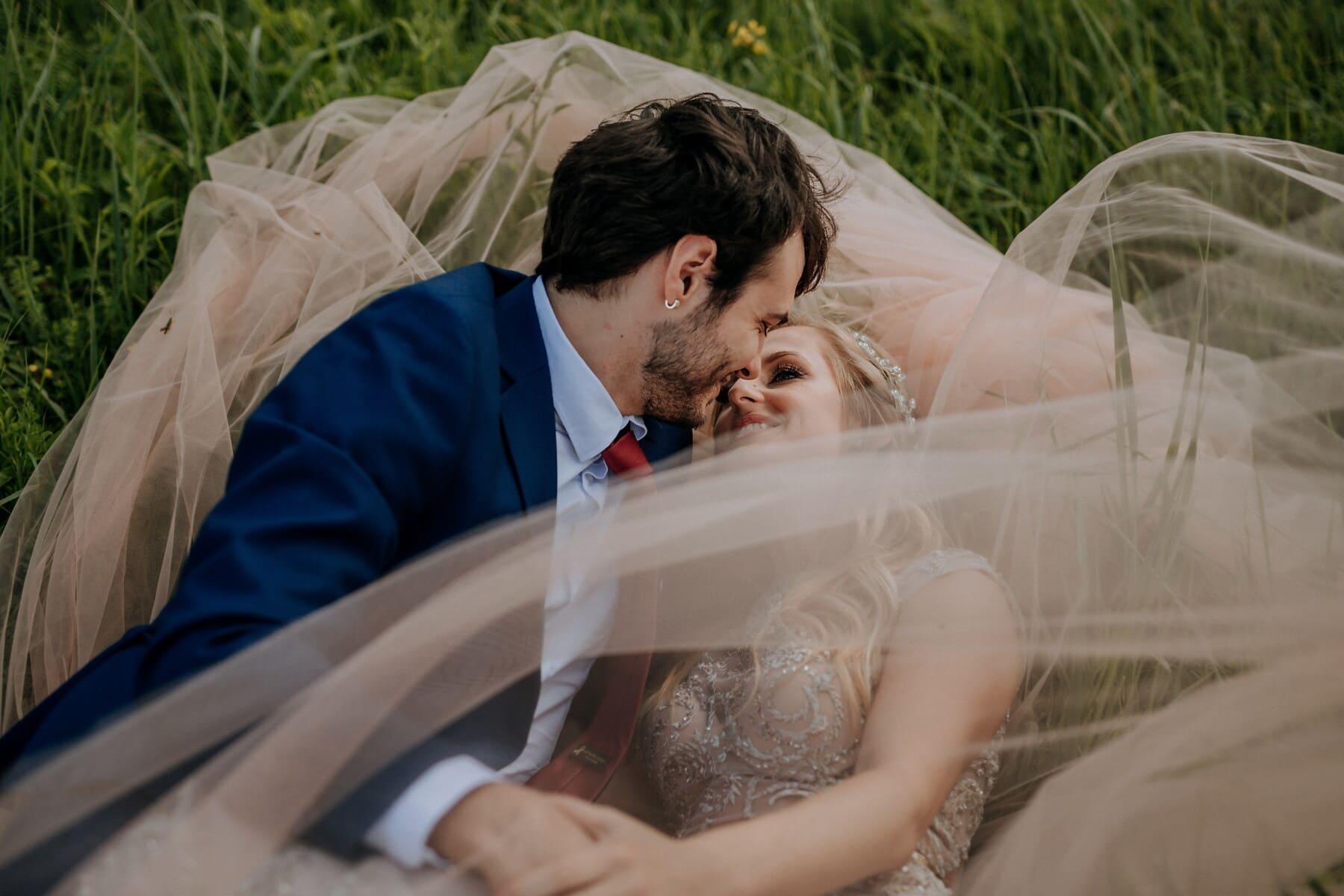sarışın, kız arkadaşı, öpücük, Erkek, döşeme, çimen, aşk, damat, romantizm, Çift