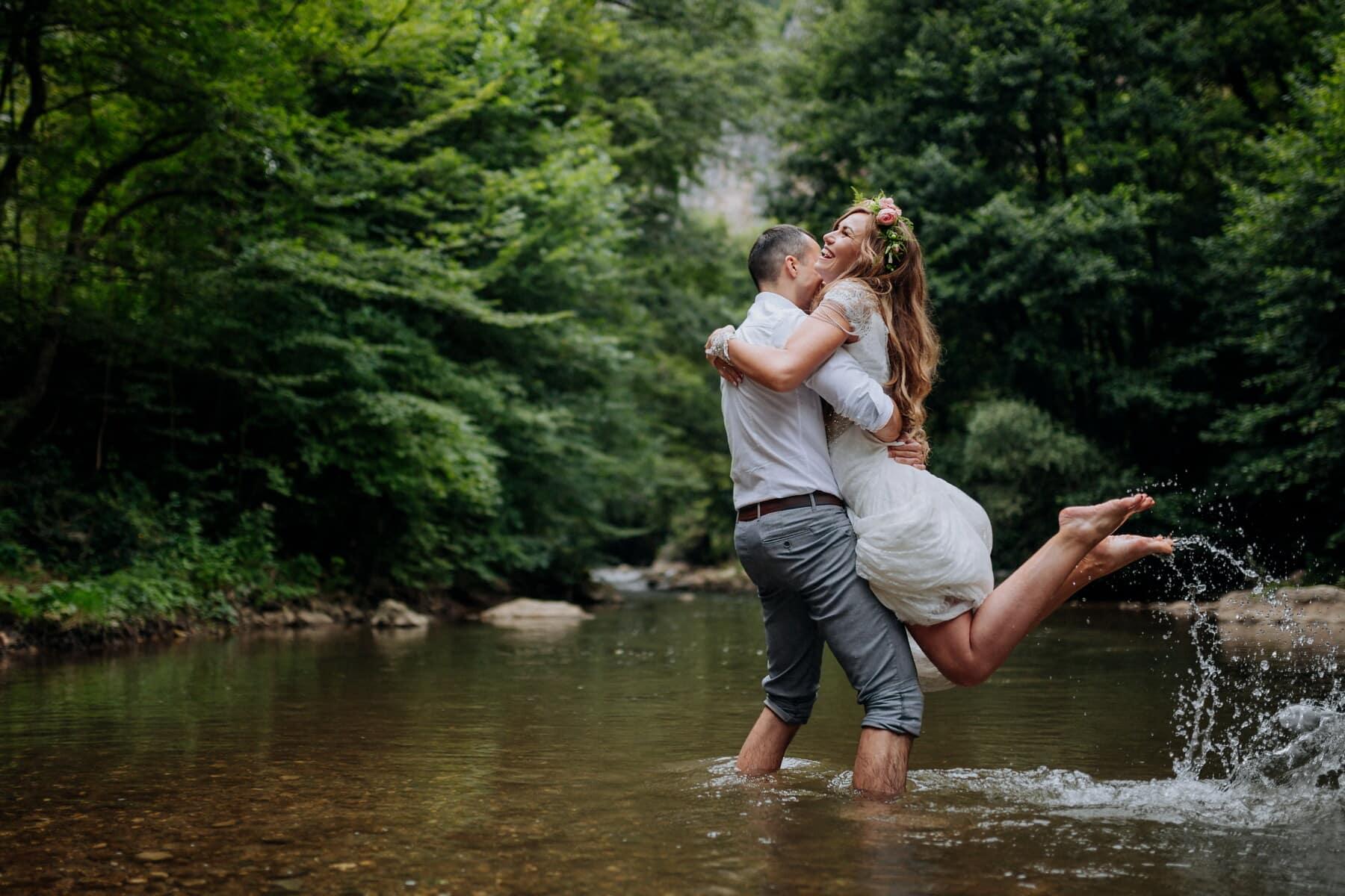 mooi meisje, jonge vrouw, plezier, genot, glimlachend, Houd, kreek, knuffelen, vriendje, liefde