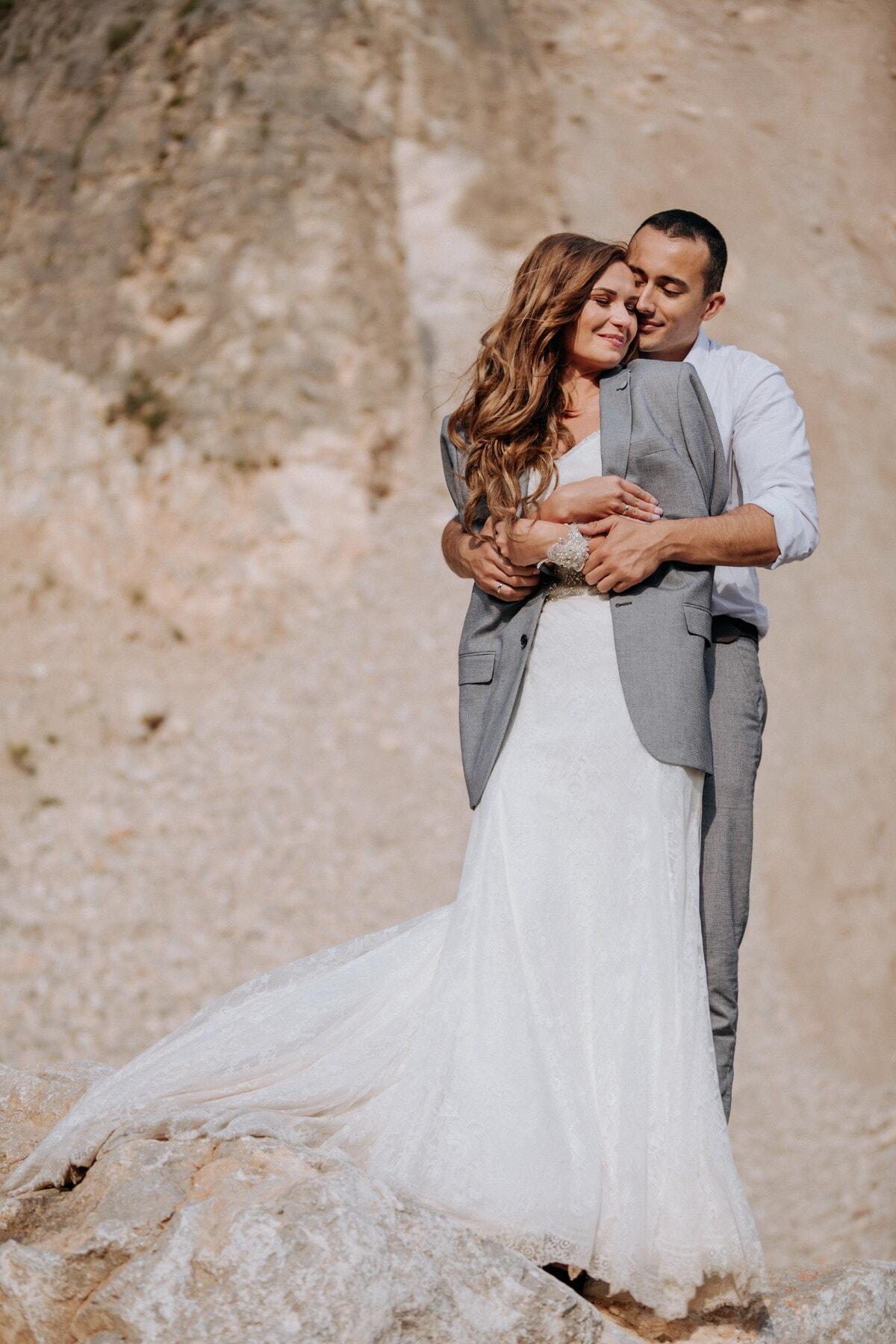 amour, homme, femme, étreindre, Canyon, montagne, falaise, la mariée, jeune marié, robe
