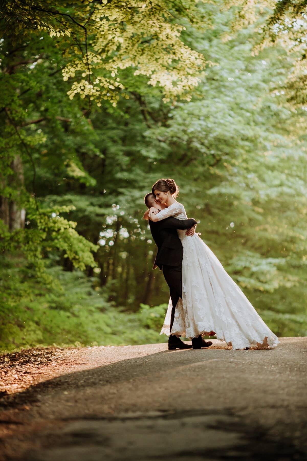 la mariée, route forestière, jeune marié, étreindre, mariage, couple, robe, marié, mariage, amour