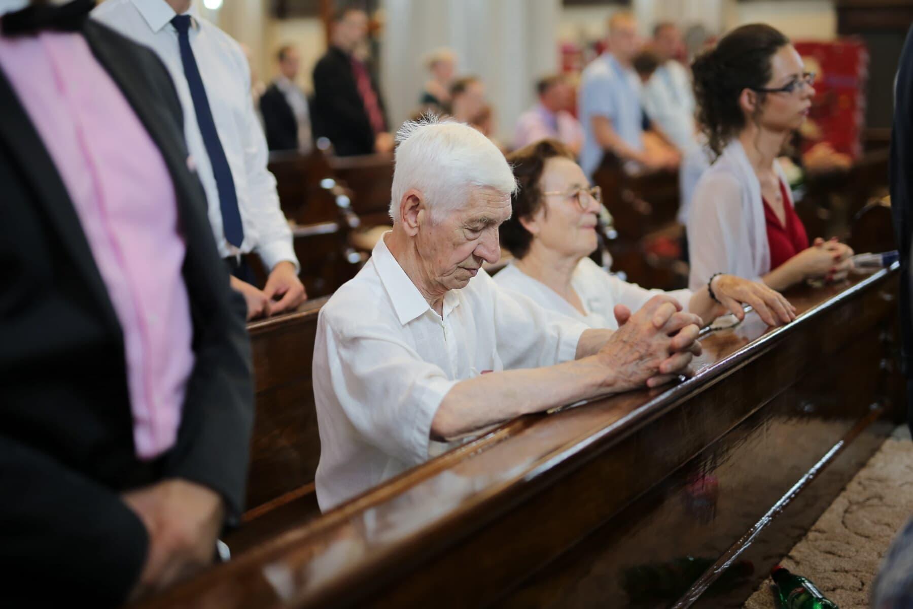 homme, église, personnes âgées, gens, prière, religieux, assis, spiritualité, personne