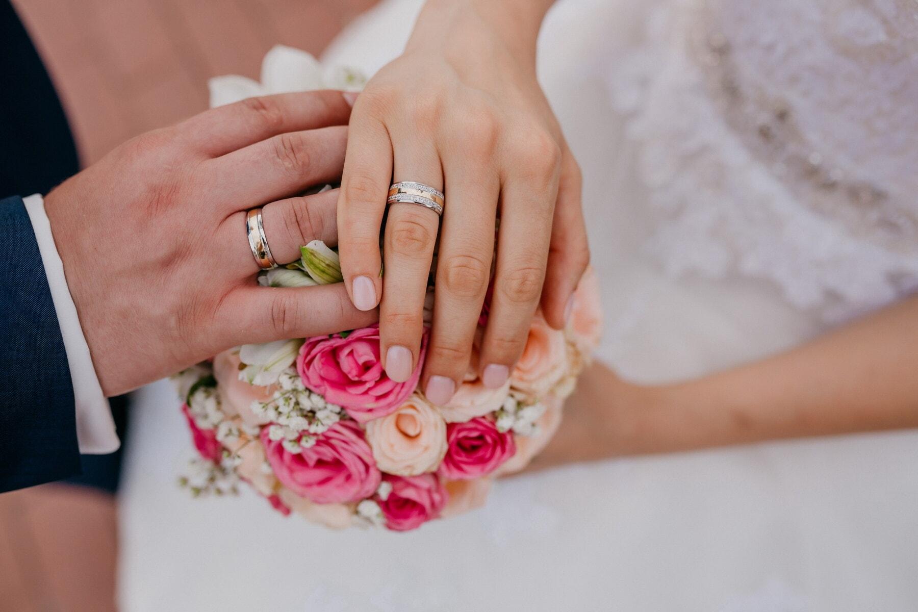držiace sa ruky, šperky, ruky, snubný prsteň, svadba, láska, svadobná kytica, romantické, nevesta, ženích