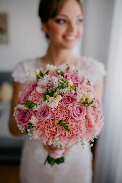 Glück, Braut, Lächeln auf den Lippen, halten, Hochzeitsstrauß, Hochzeit, Romantik, Blumenstrauß, Blumen, elegant
