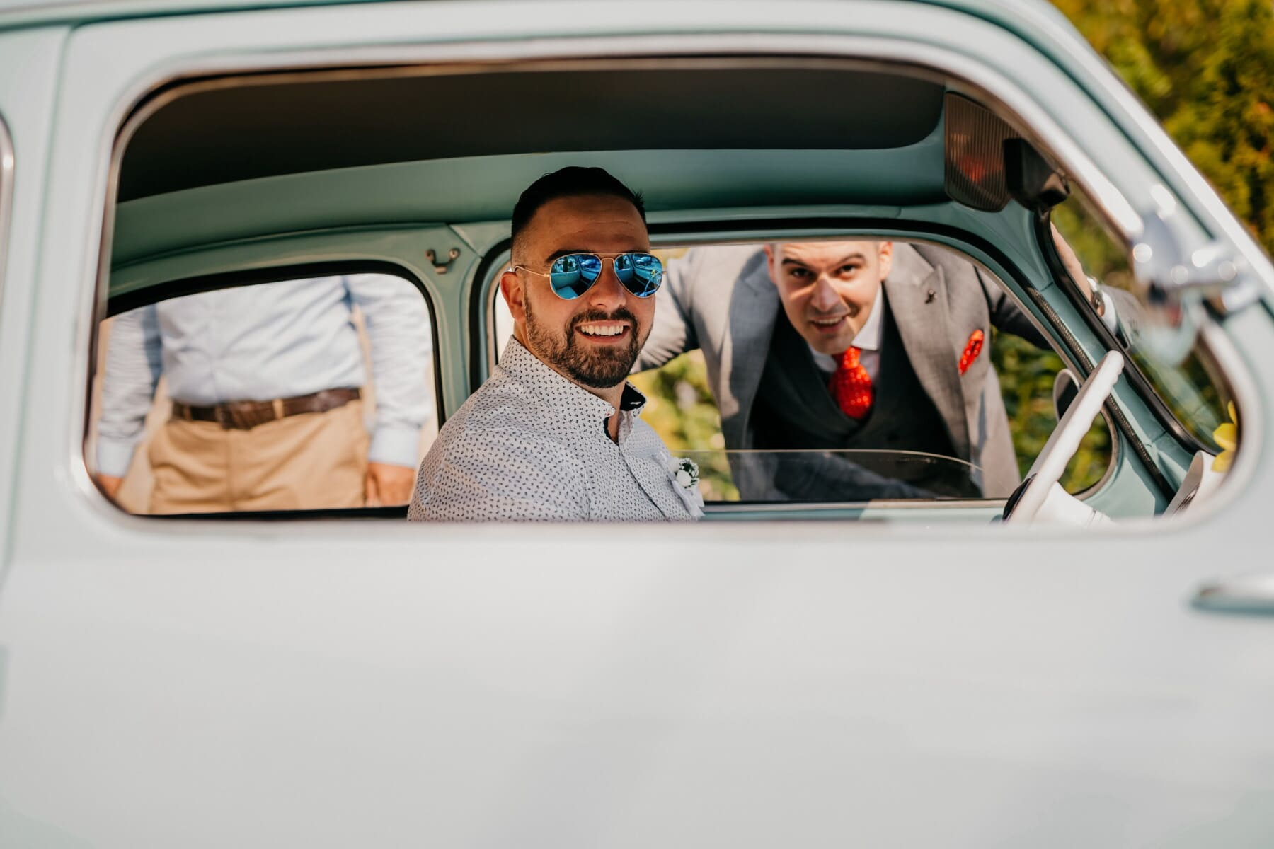 Mann, Auto, sitzen, Oldtimer, Treiber, Sonnenbrille, Schnurrbart, Lächeln auf den Lippen, Bart, fahren