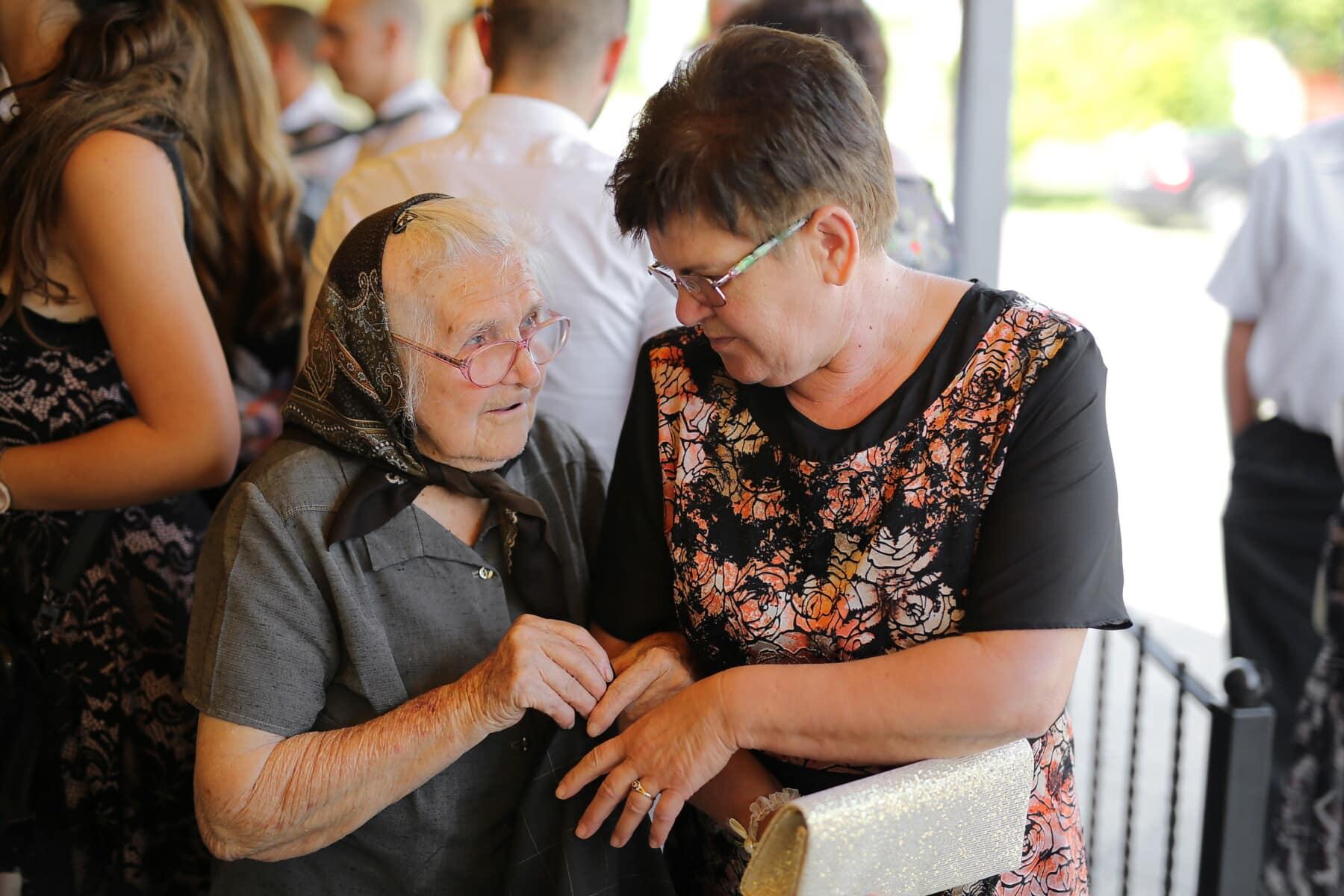 Tochter, Großmutter, Zärtlichkeit, Augenblick, Gespräch, ältere Menschen, Familie, Frau, Senior, Menschen