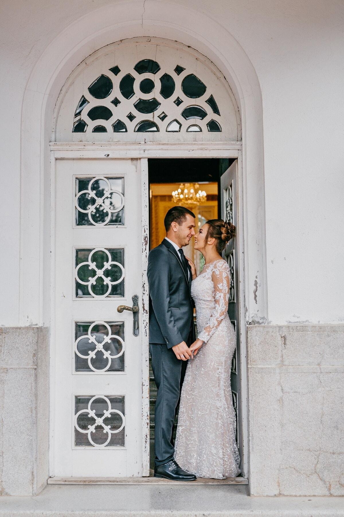 mari, femme, jeunes mariés, porte d'entrée, debout, main dans la main, gens, Portrait, Porte, la mariée
