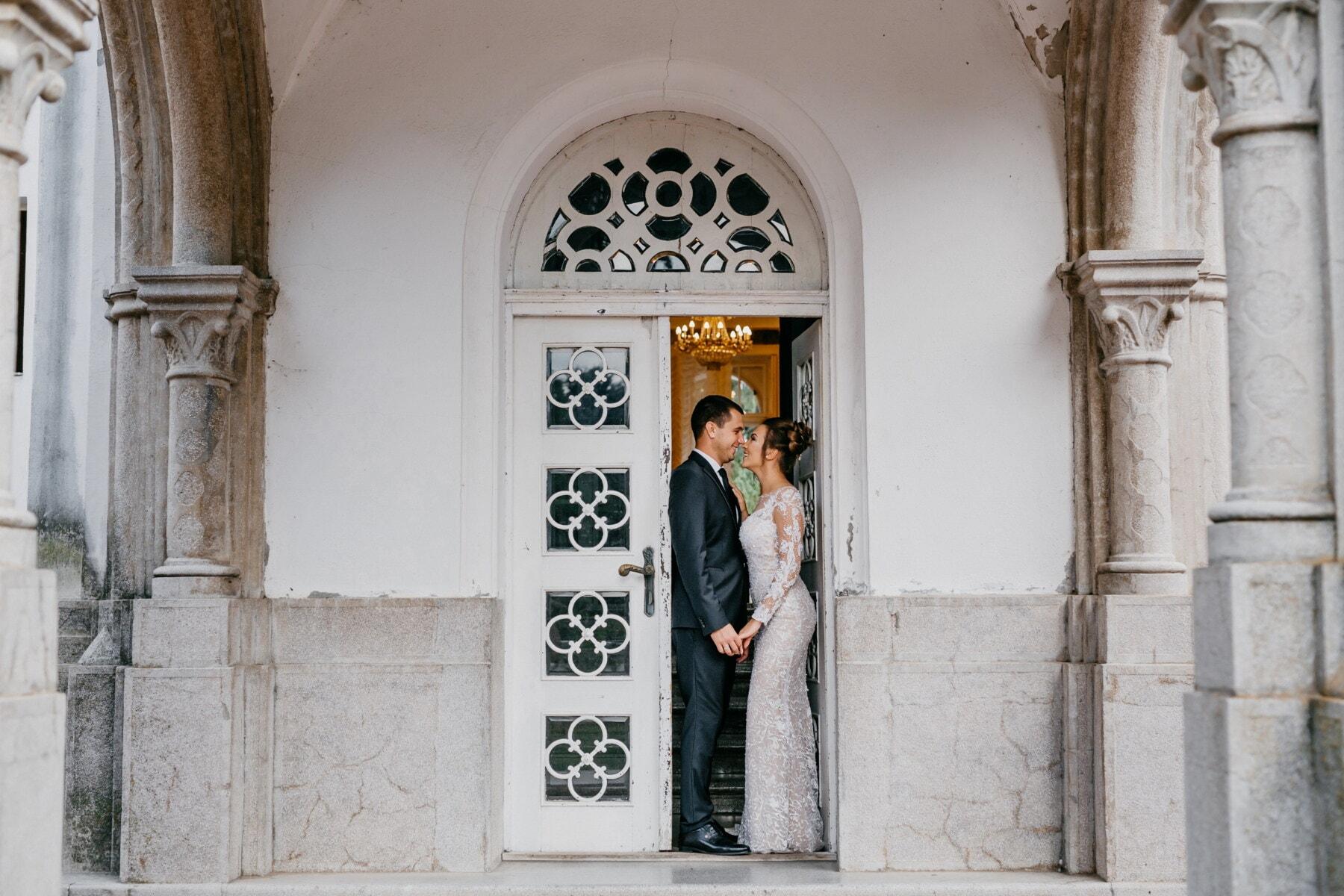 femme, mari, porche, debout, porte d'entrée, porte, architecture, bâtiment, fenêtre, gothique