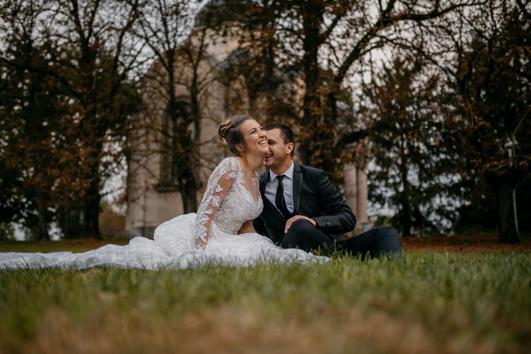la mariée, souriant, pelouse, assis, jeune marié, amour, jeune fille, parc, homme, couple