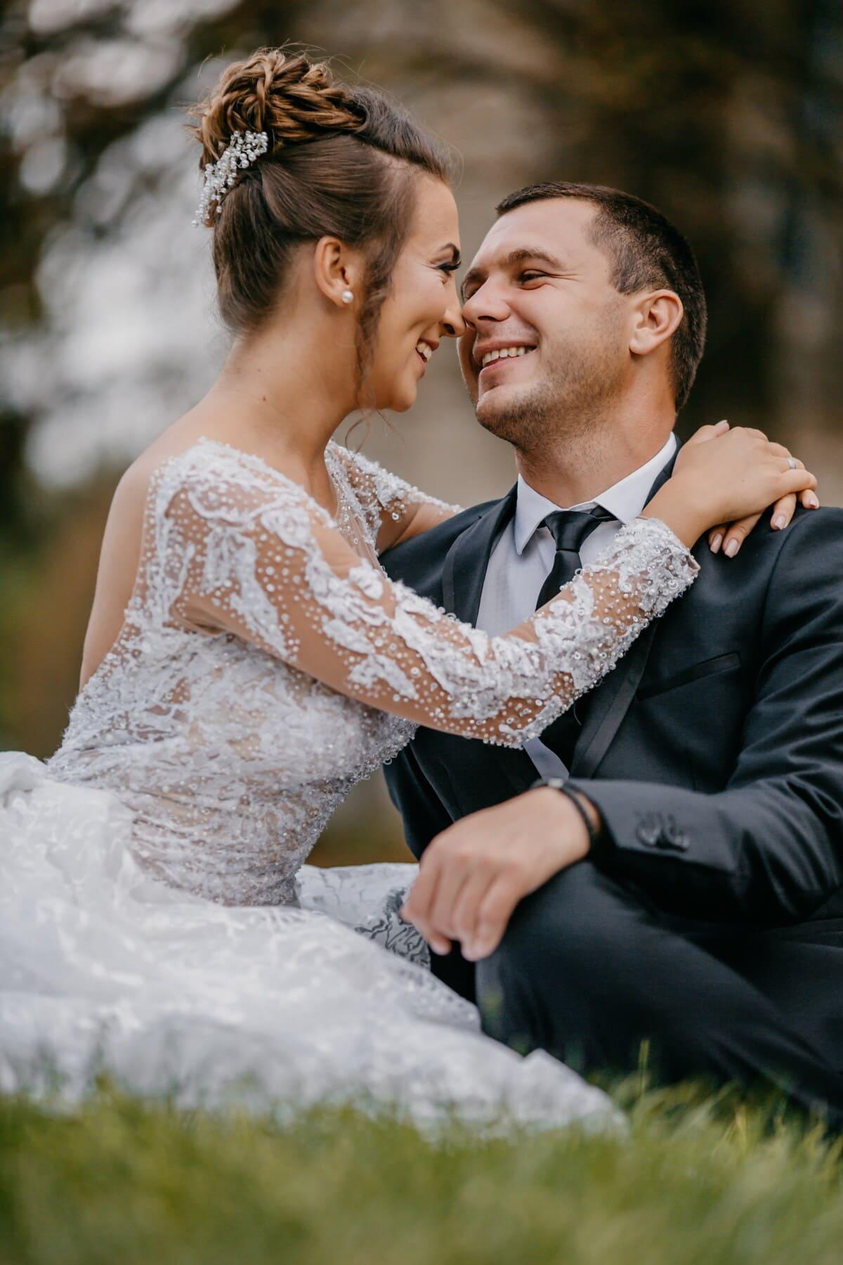 étreindre, jeunes mariés, baiser, pelouse, assis, amour, jeune marié, homme, la mariée, couple