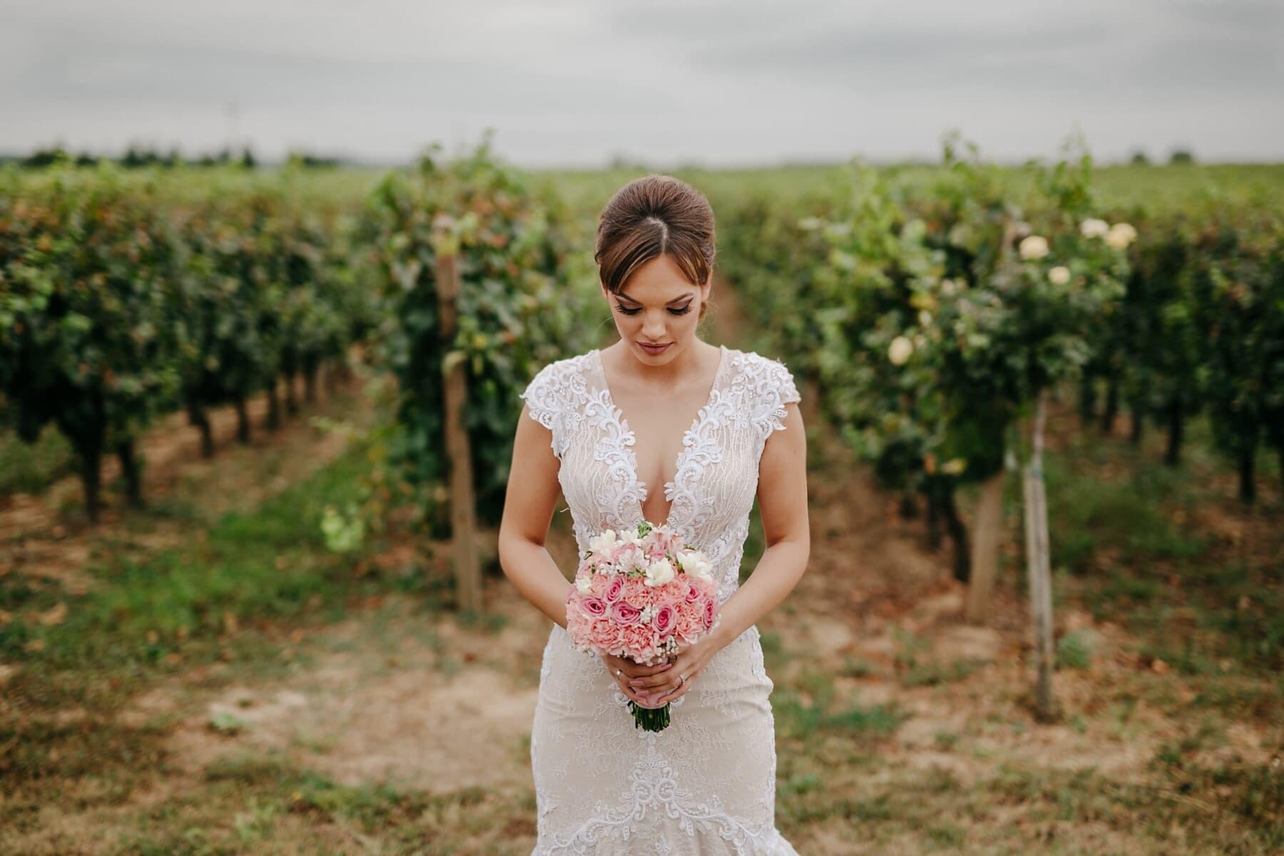 herrlich, Braut, Brünette, Hochzeitsstrauß, Hochzeitskleid, stehende, Weinberg, Hochzeit, Mädchen, Kleid