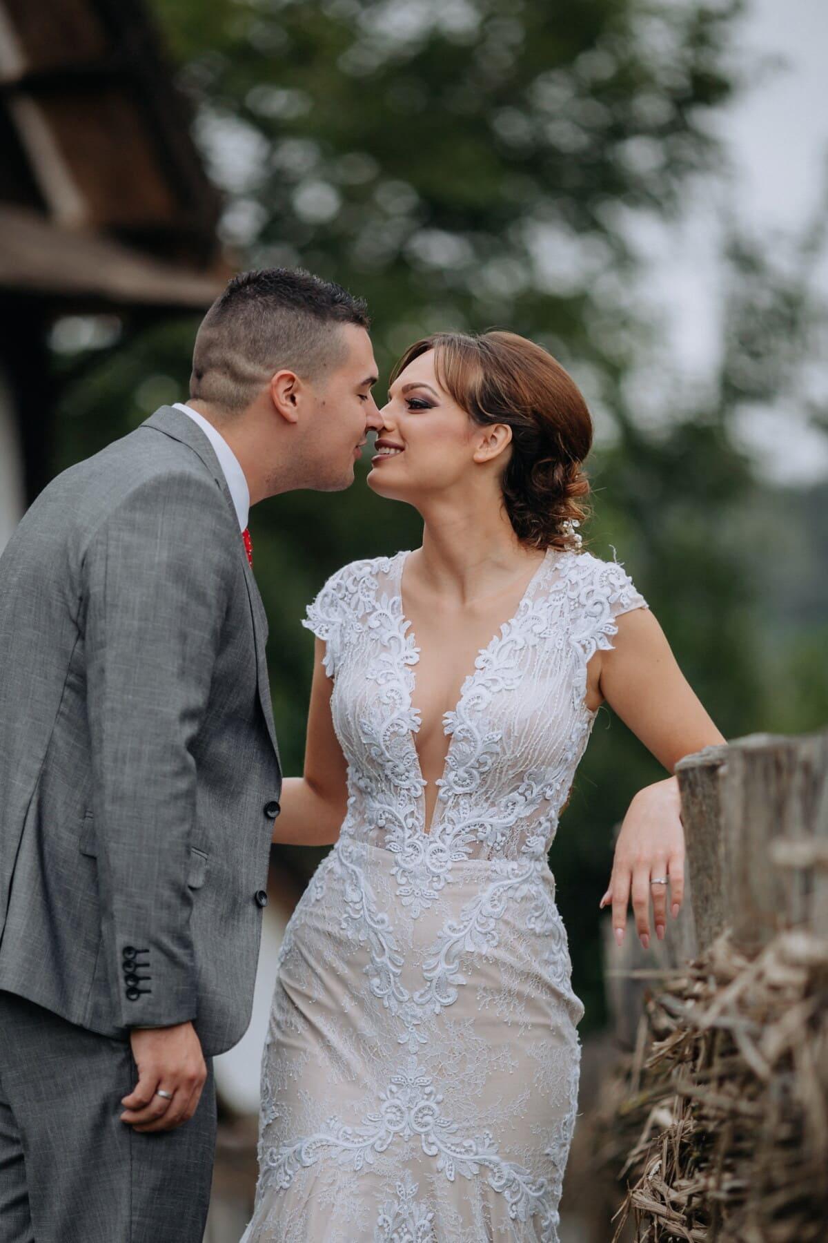 jeune femme, villageois, homme d'affaire, baiser, rural, palissade, la mariée, jeune marié, couple, homme