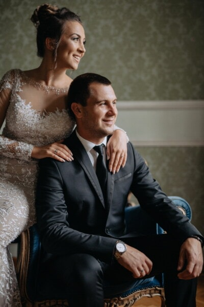 manžel, manželka, ozdobný, šaty, pózuje, smoking oblek, sedící, křeslo, půvab, oblek