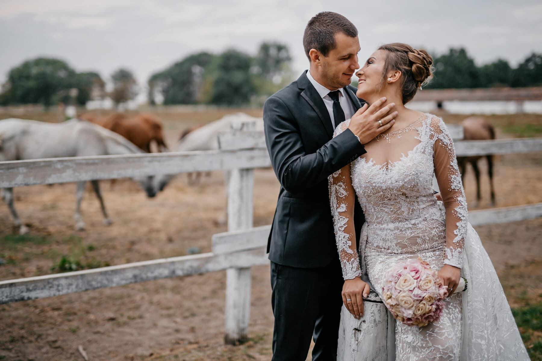 la mariée, village, jeune marié, bouquet de mariage, salle de mariage, robe de mariée, chevaux, homme, amour, couple
