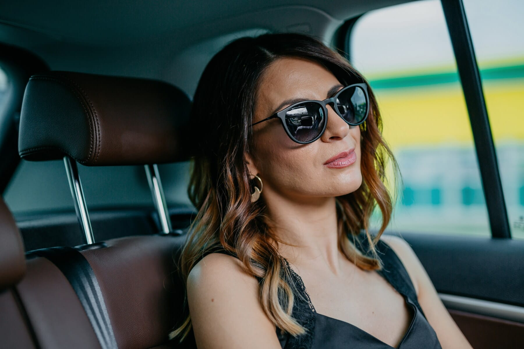 PKW, junge Frau, Reisen, Reisende, Auto-Kindersitz, Sicherheitsgurt, Mode, Sonnenbrille, Frau, Mädchen
