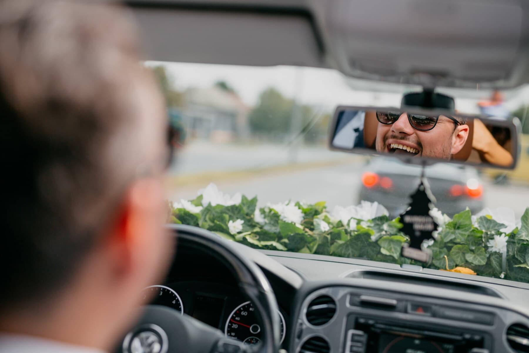 souriant, pilote, heureux, compteur de vitesse, miroir, tableau de bord, pare-brise, embouteillage, contrôle de la circulation, au volant