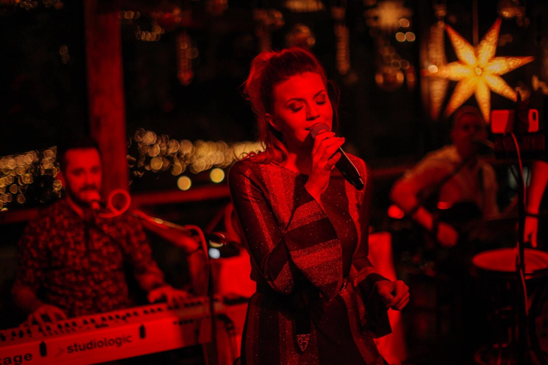 Sänger, singen, hübsches mädchen, Nachtclub, Nachtleben, Musik, Person, Performer, Menschen, Performance